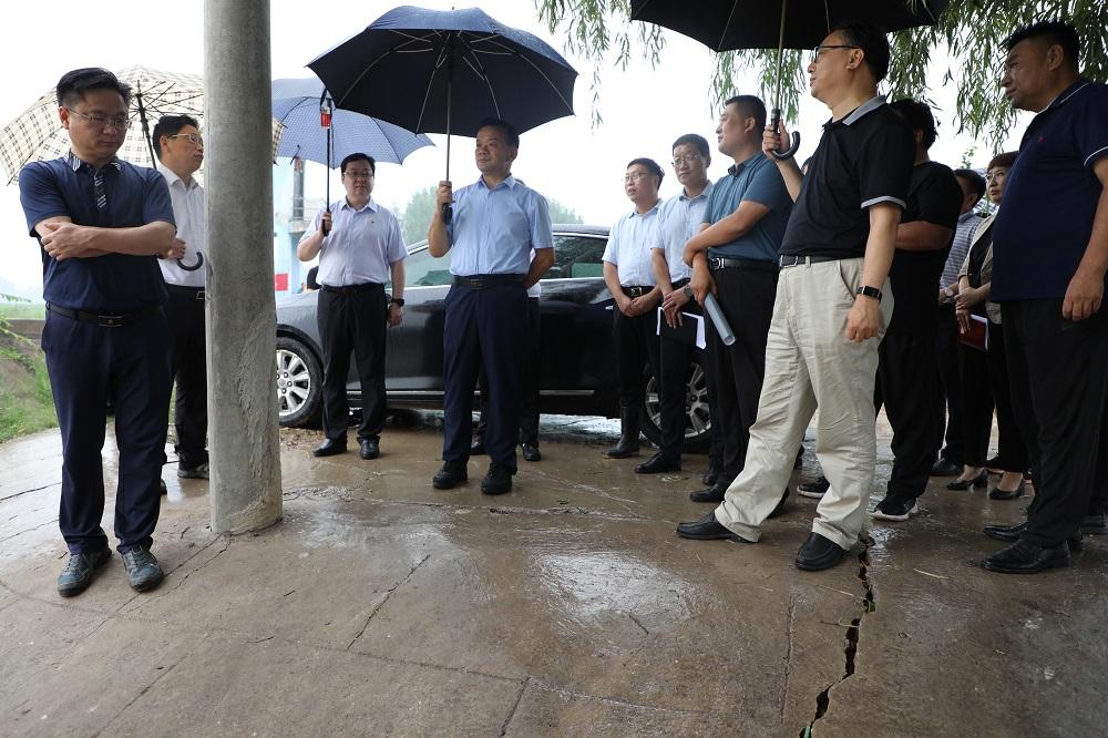 副市长张连才在我县连夜召开卫河南乐段防汛...